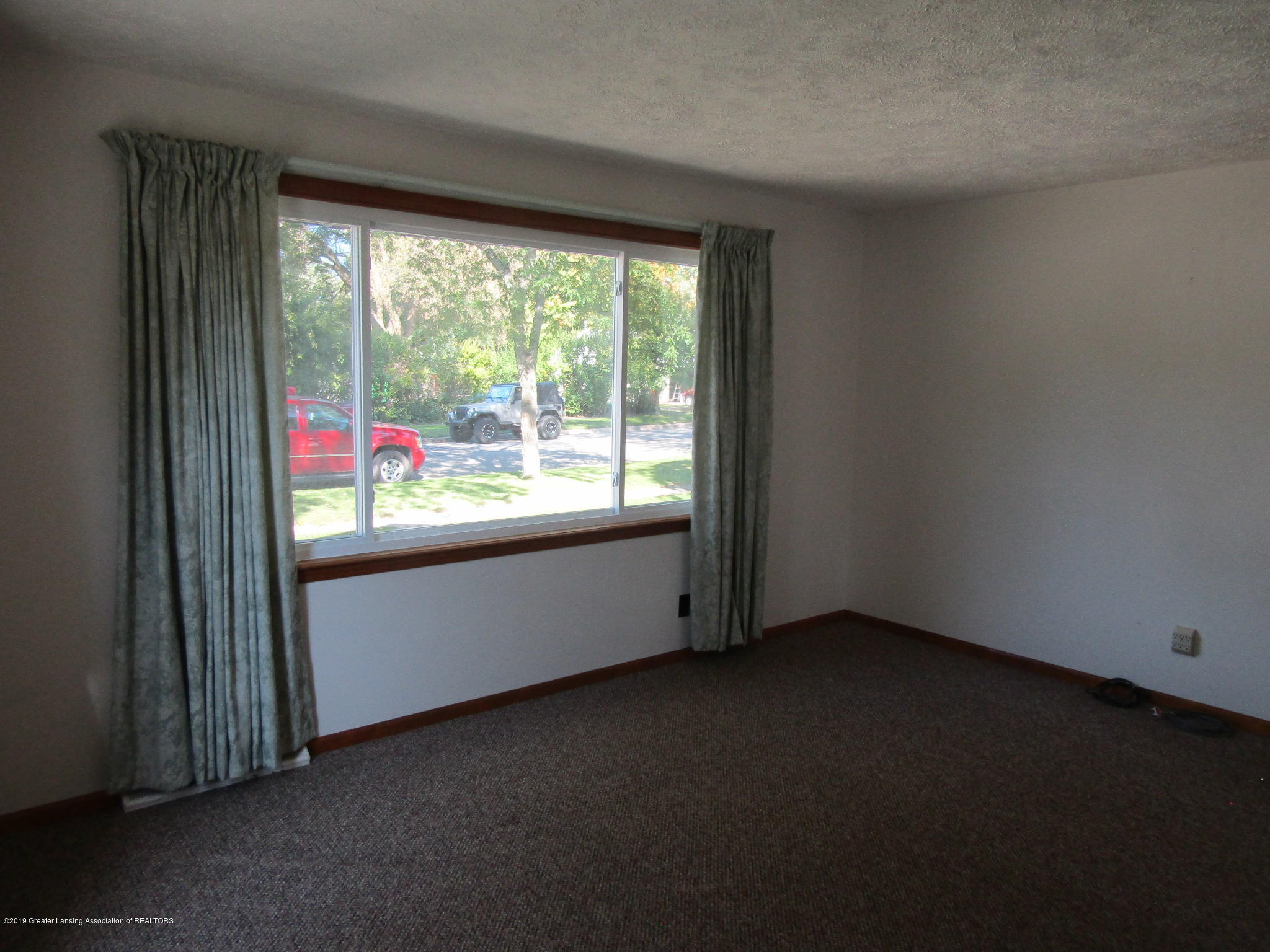 721 Pleasant St - Living Room - 23