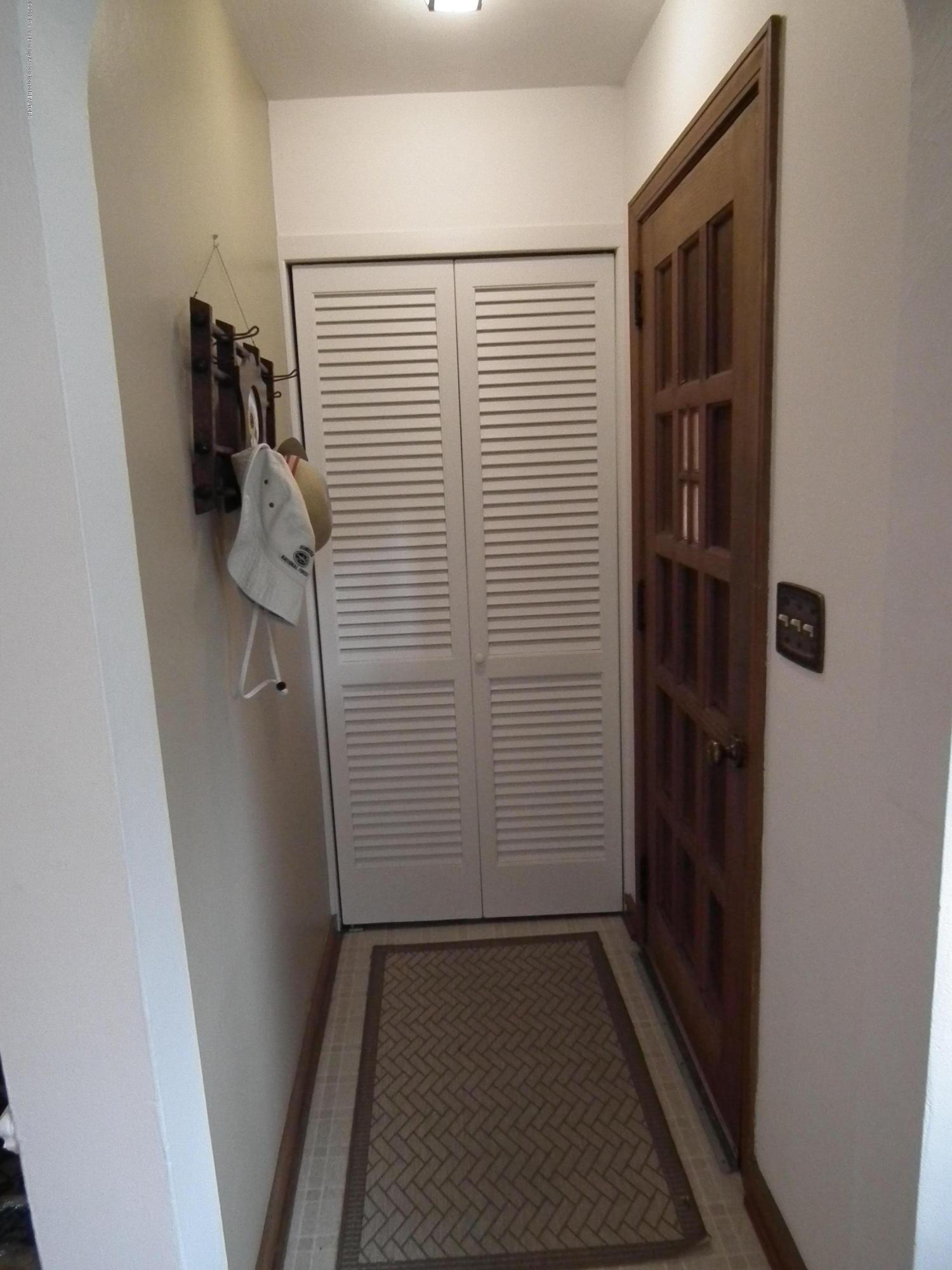 713 Spring St - Foyer - 2