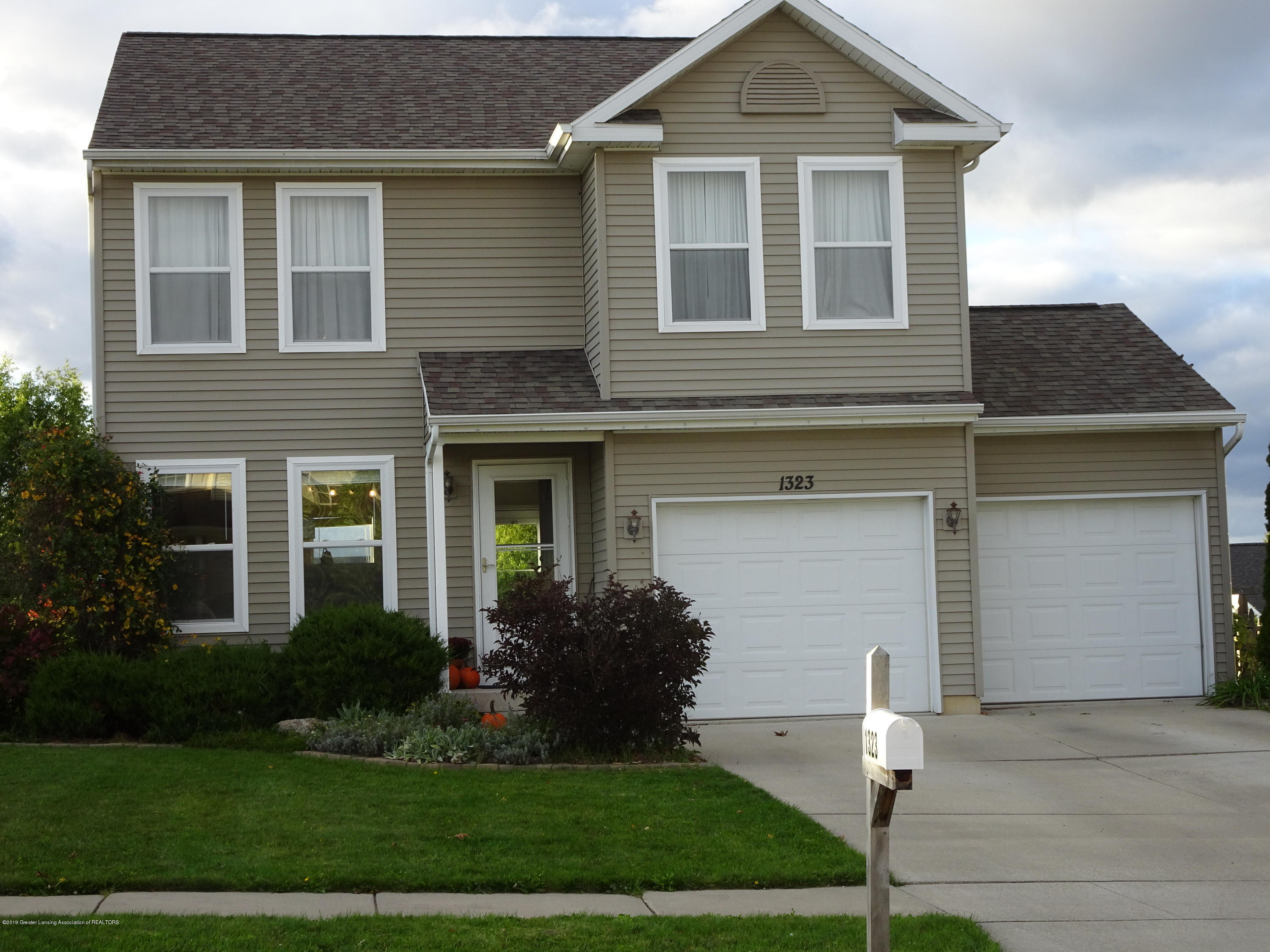 1323 Yarrow Dr - Front - 2