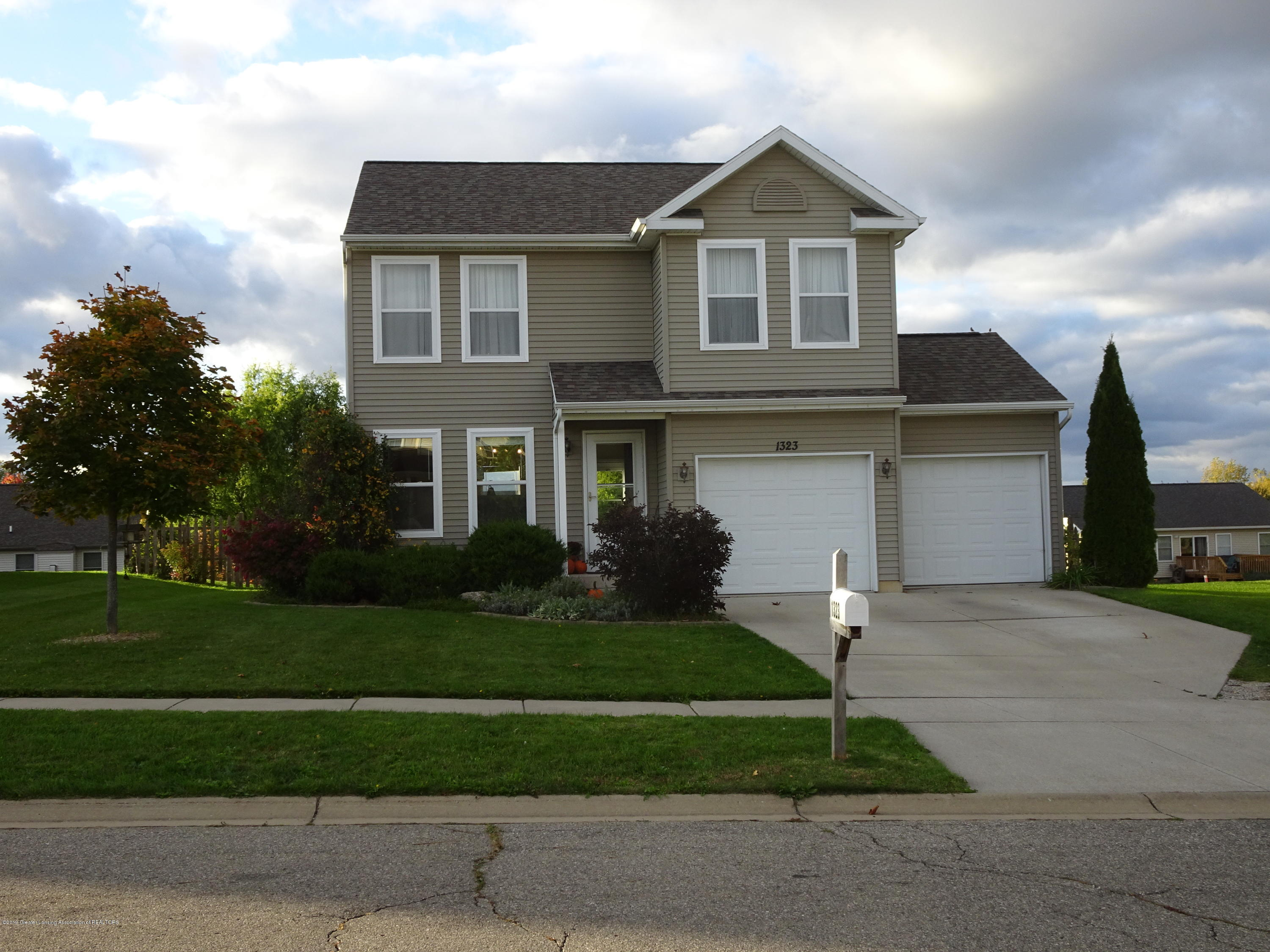 1323 Yarrow Dr - Front - 23