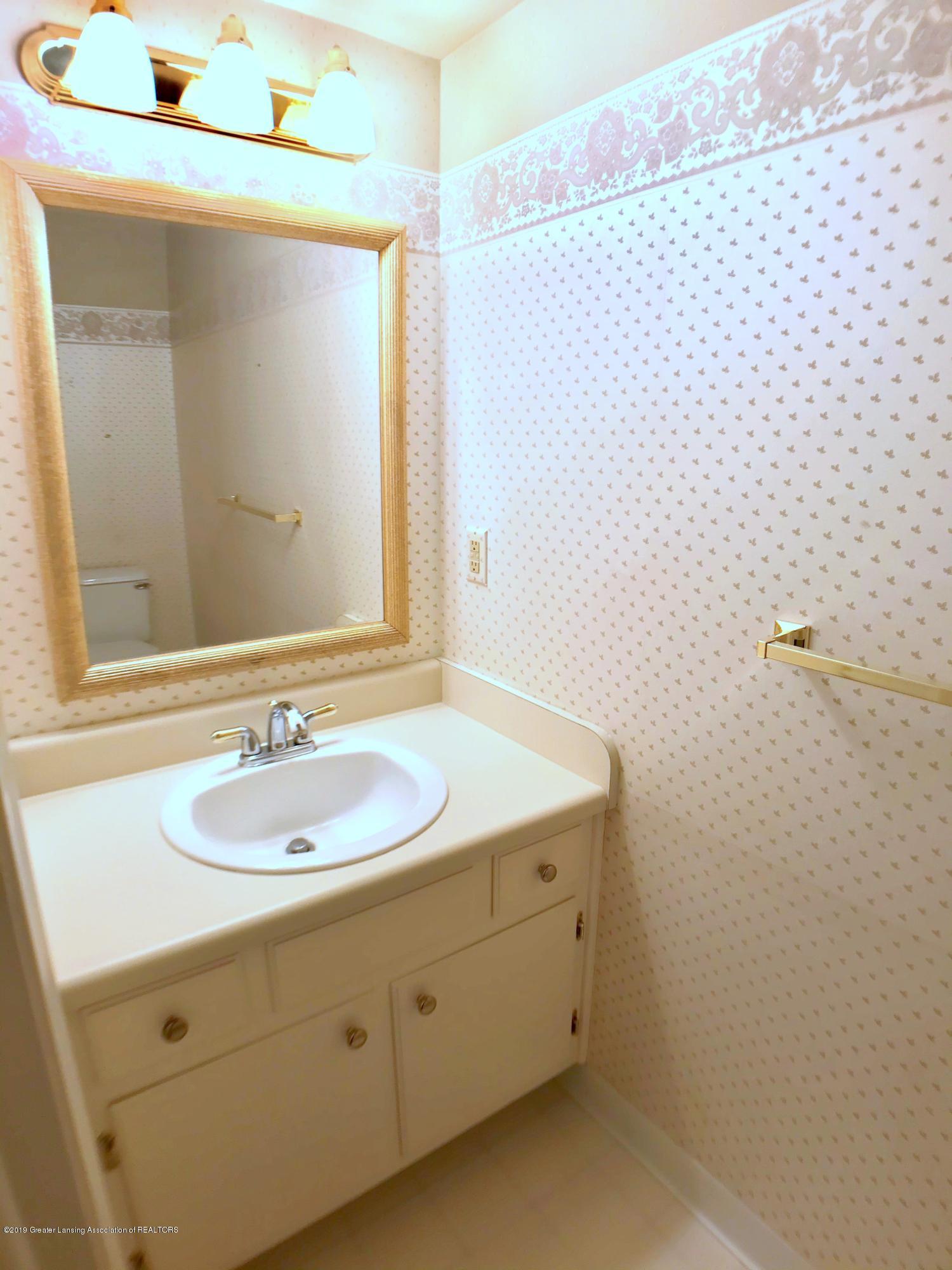 1854 Penobscot Dr - Main Floor Half Bath - 15