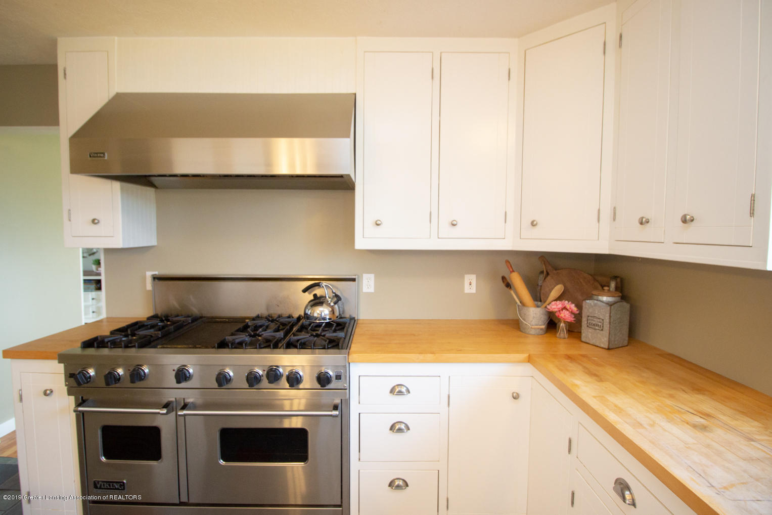 1562 S Waverly Rd - viking stove and hood - 6