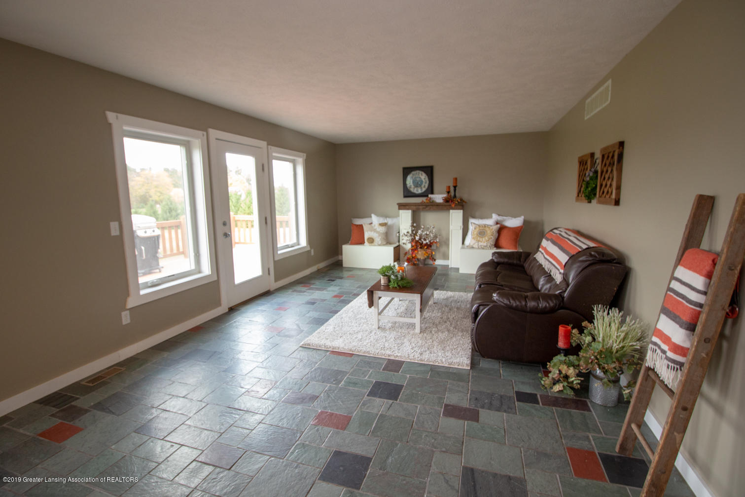 1562 S Waverly Rd - living room - 9