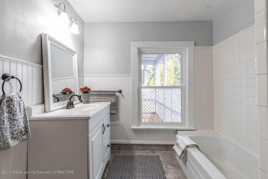 1332 Eureka St - Upstairs Full Bath - 15