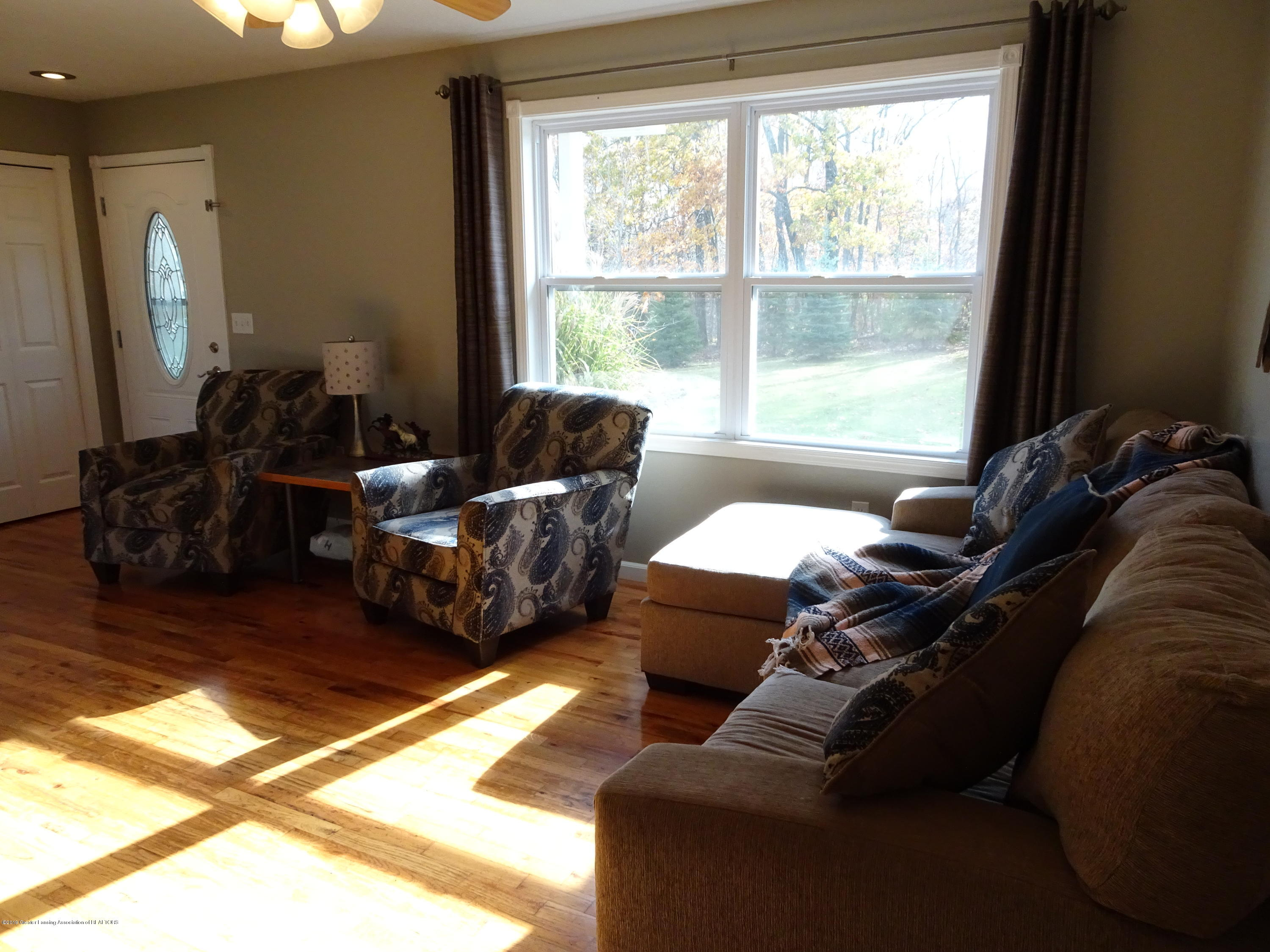 10010 Garrison Rd - Living room - 11