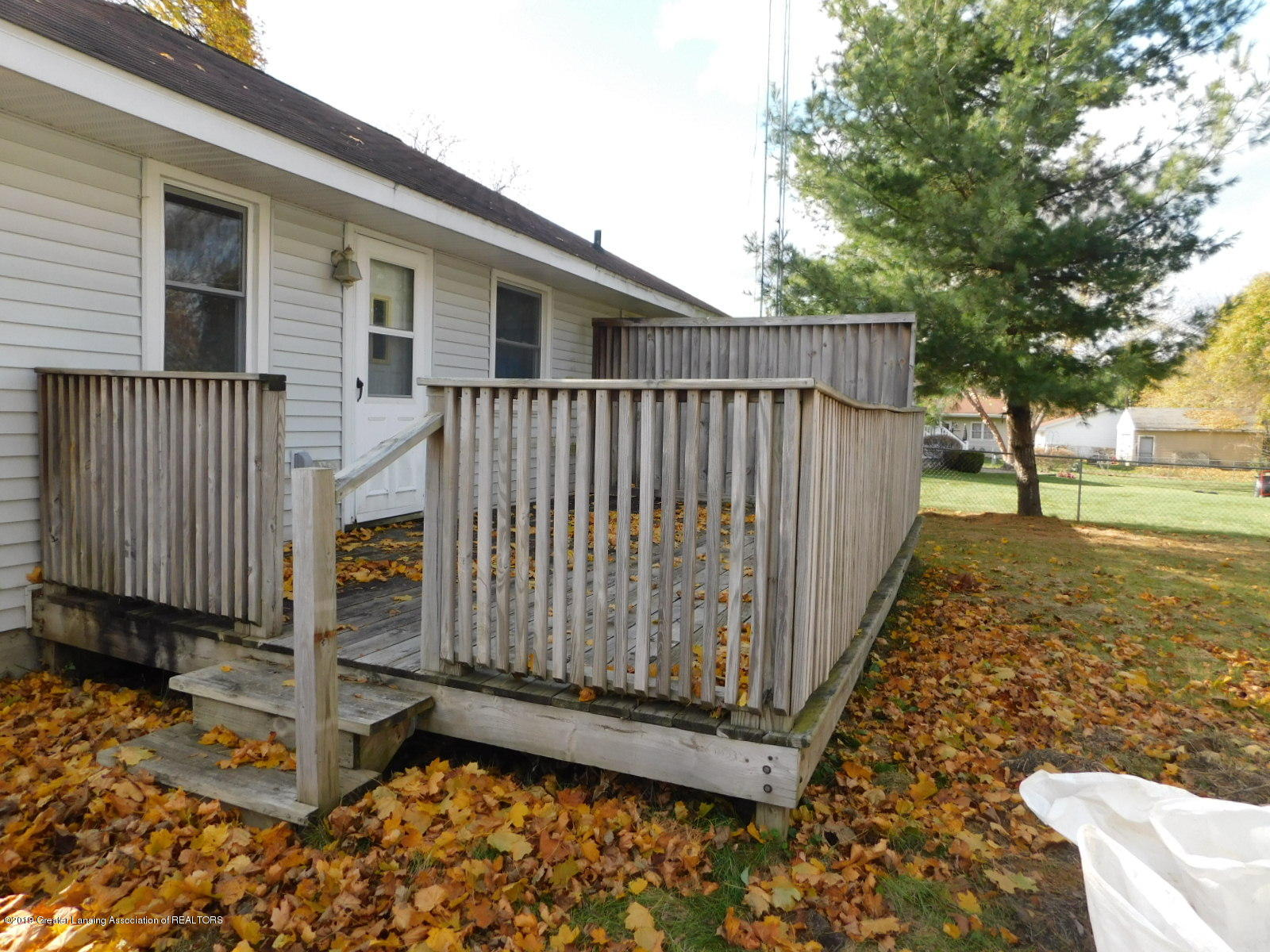 306 4th St - Back deck with privacy wall - 2