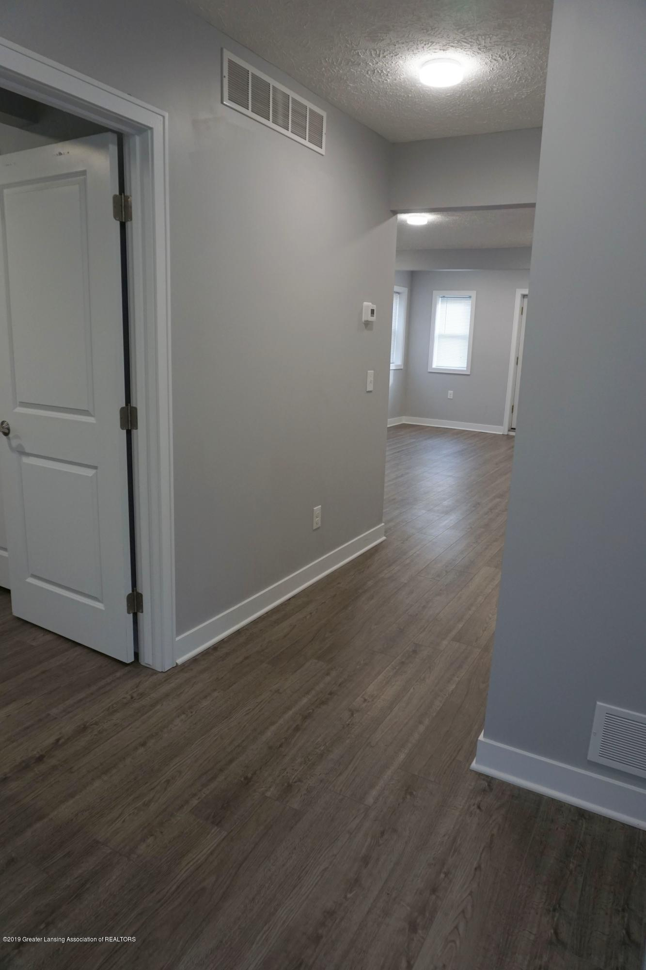 402 W Grand River Rd - 402 Grand River.High Ceilings - 21