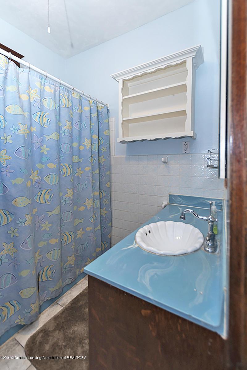 100 S Lansing St - Main bathroom - 16