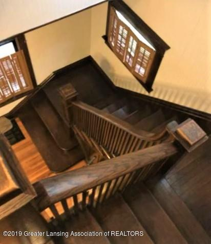 432 Pleasant St - 22 Stairs to Foyer - 22
