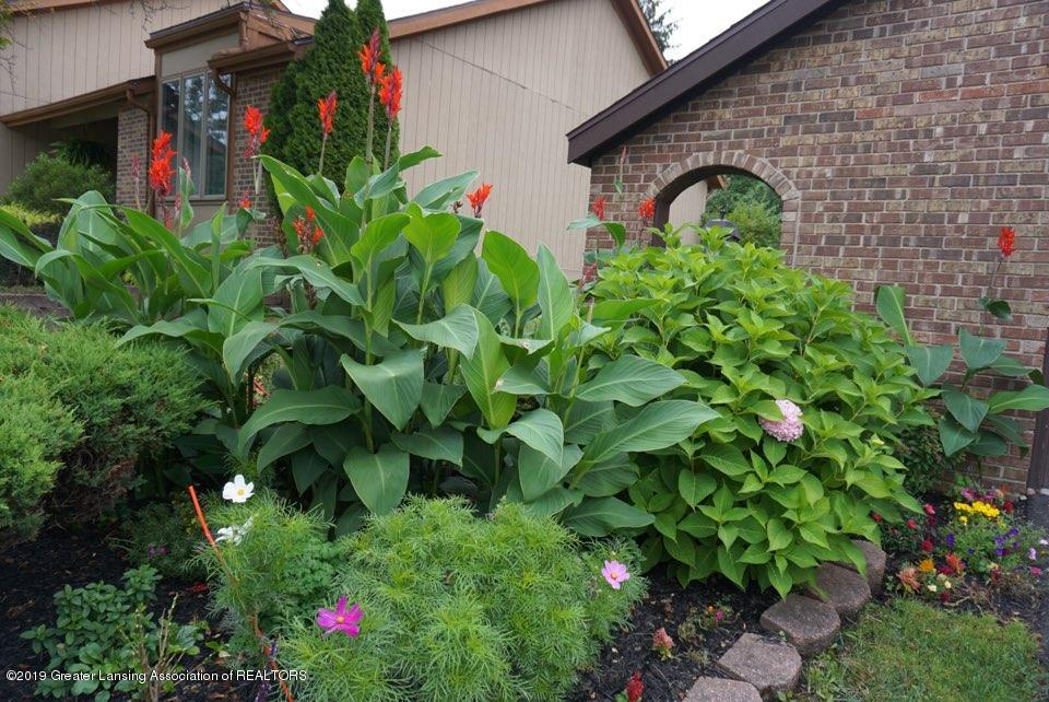 2597 Woodhill Dr - Flower Bed - 17