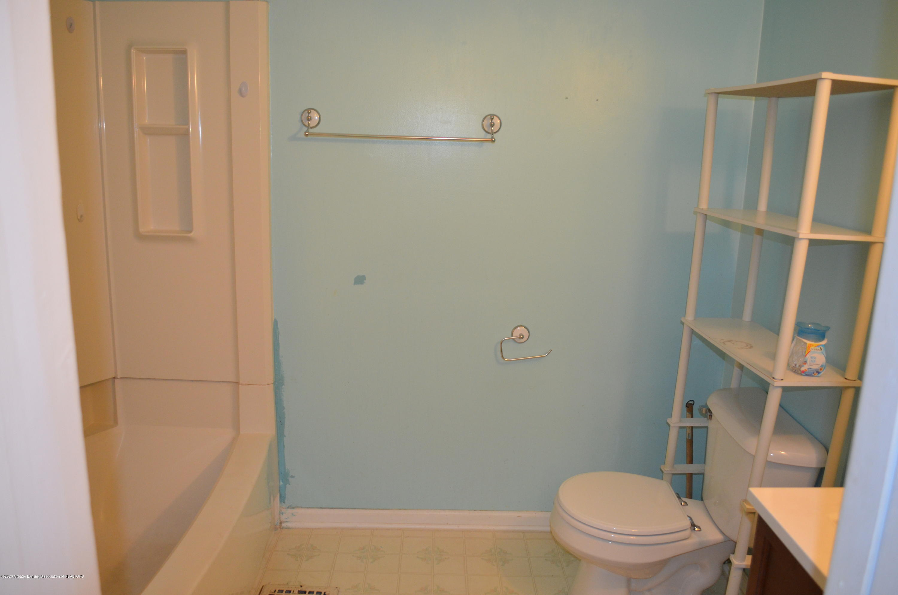 1222 W Ionia St - Full Bath 2nd floor - 28