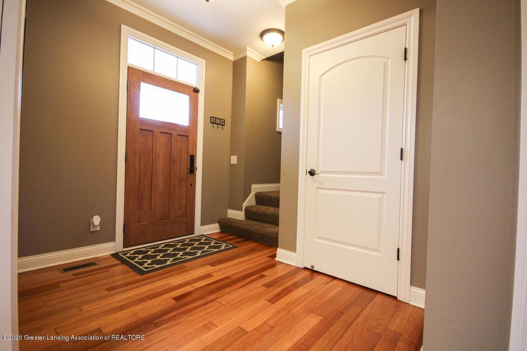 1047 Oakwood Dr - Foyer - 2