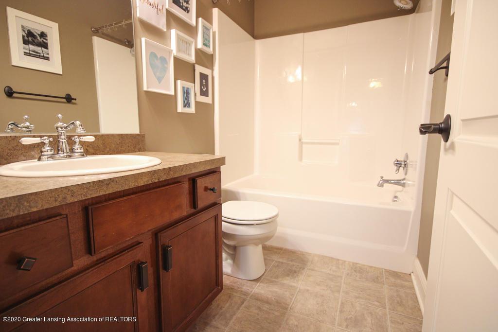 1047 Oakwood Dr - Bathroom - 14