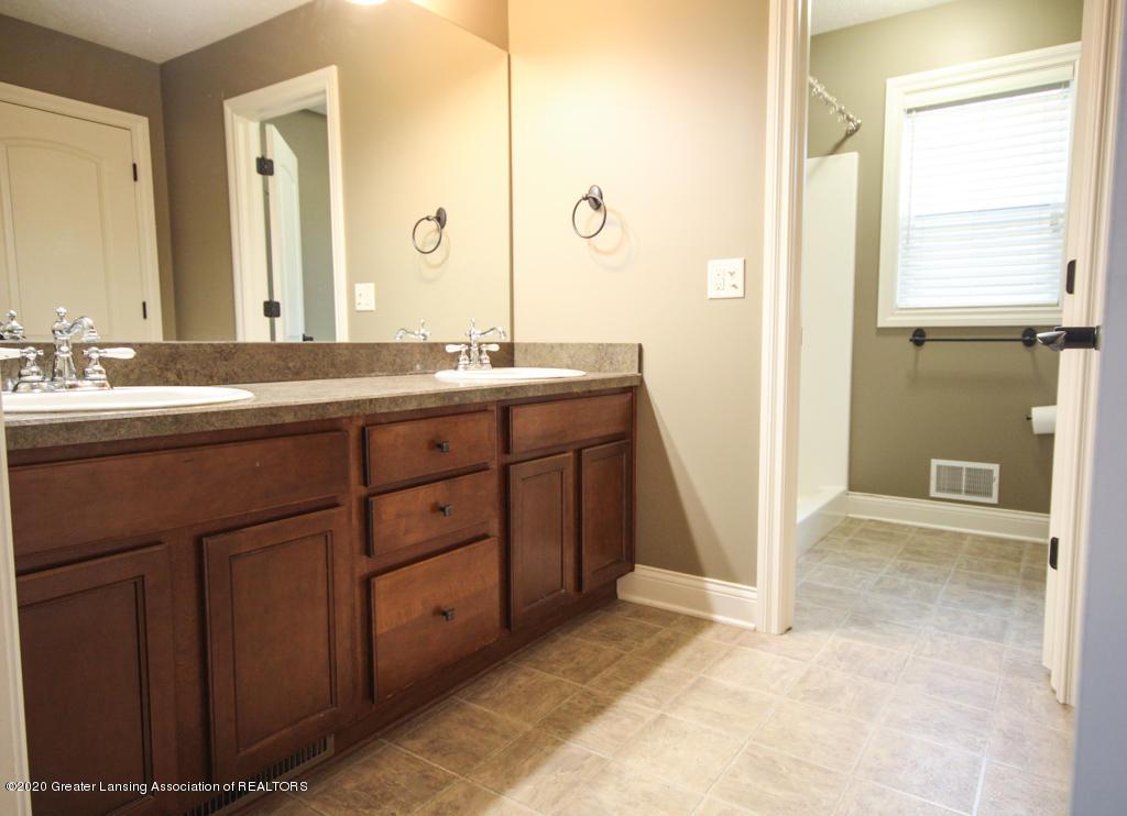 1047 Oakwood Dr - Bathroom - 12