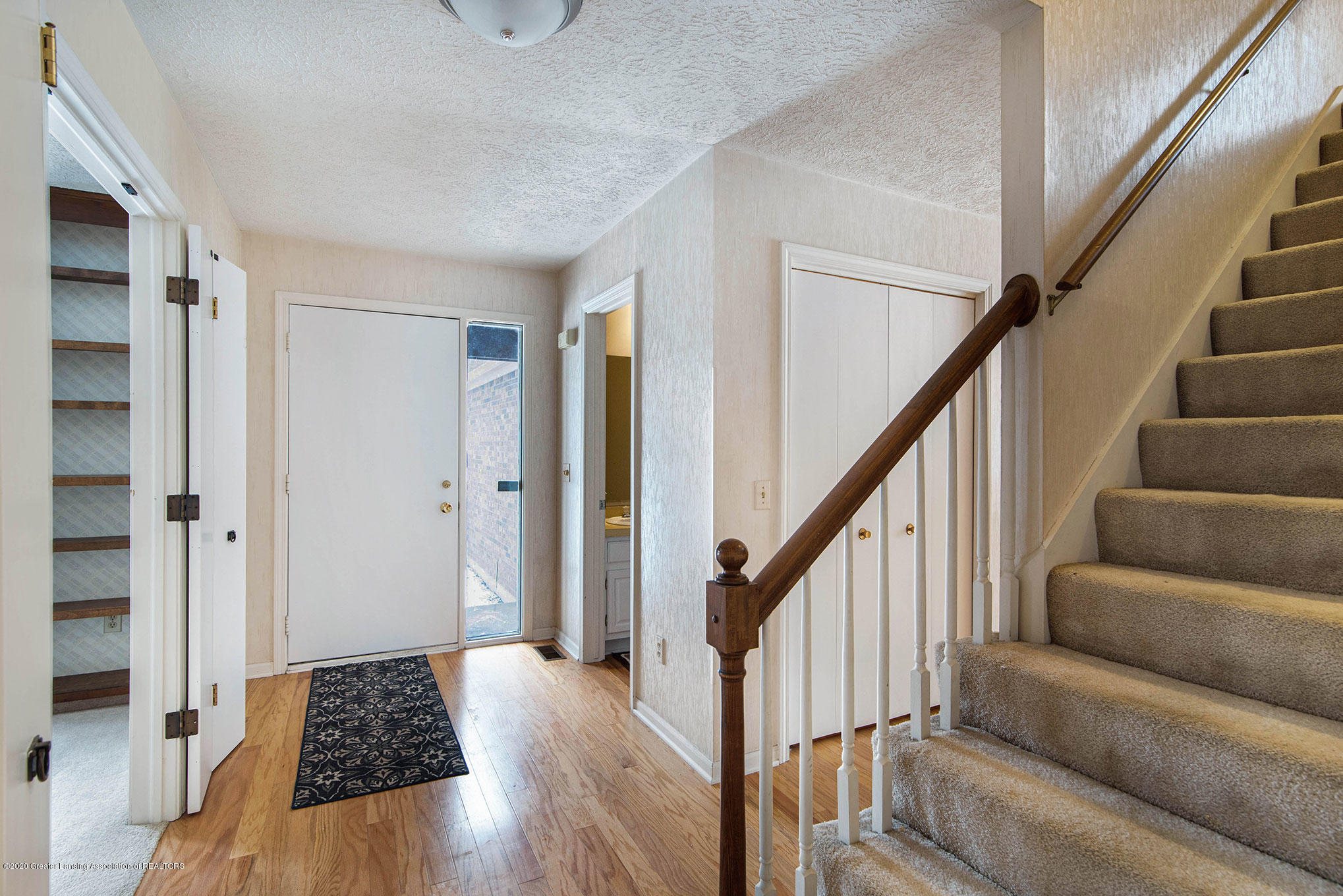 2592 Woodhill Dr - Front entryway - 3