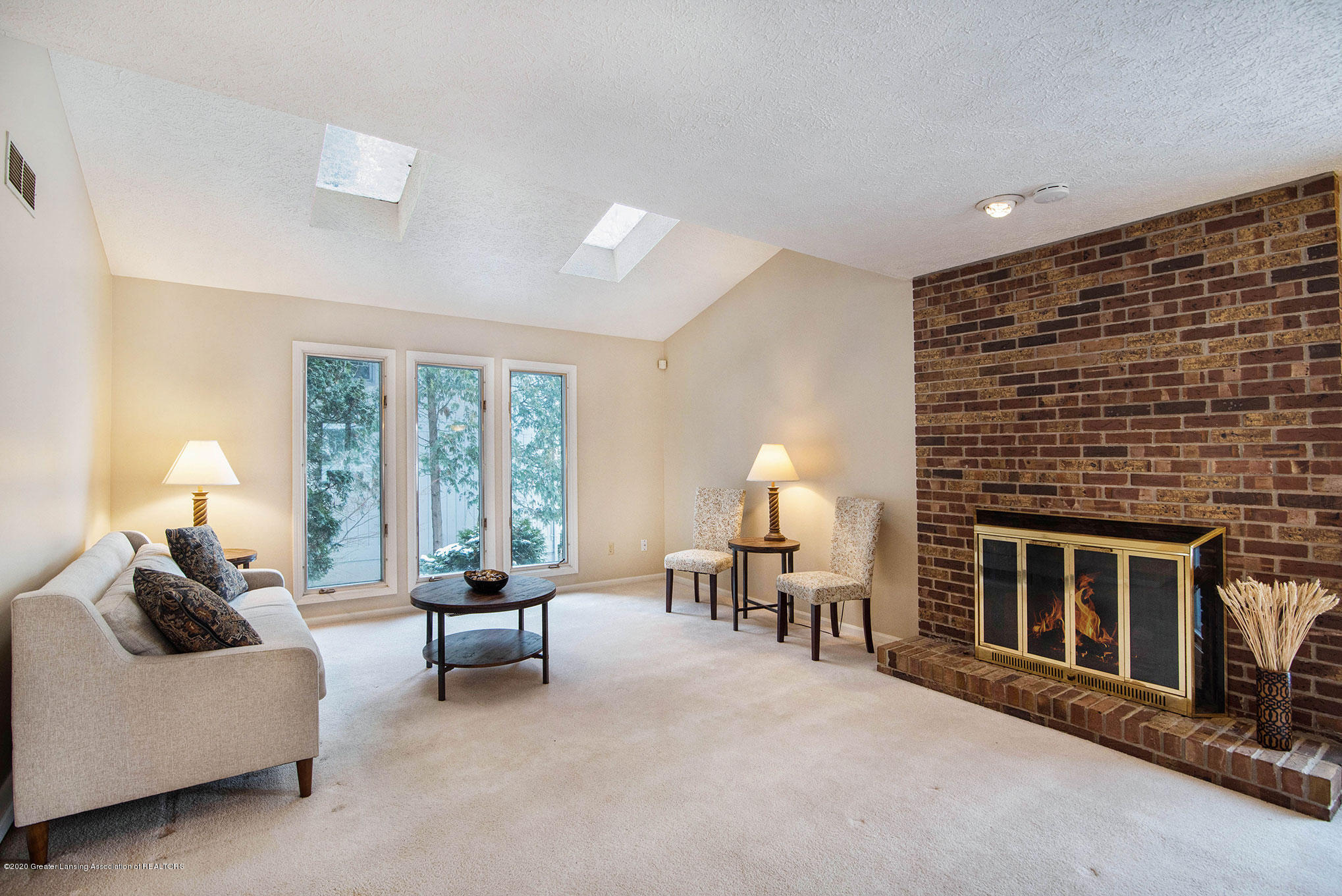 2592 Woodhill Dr - Living Room - 7