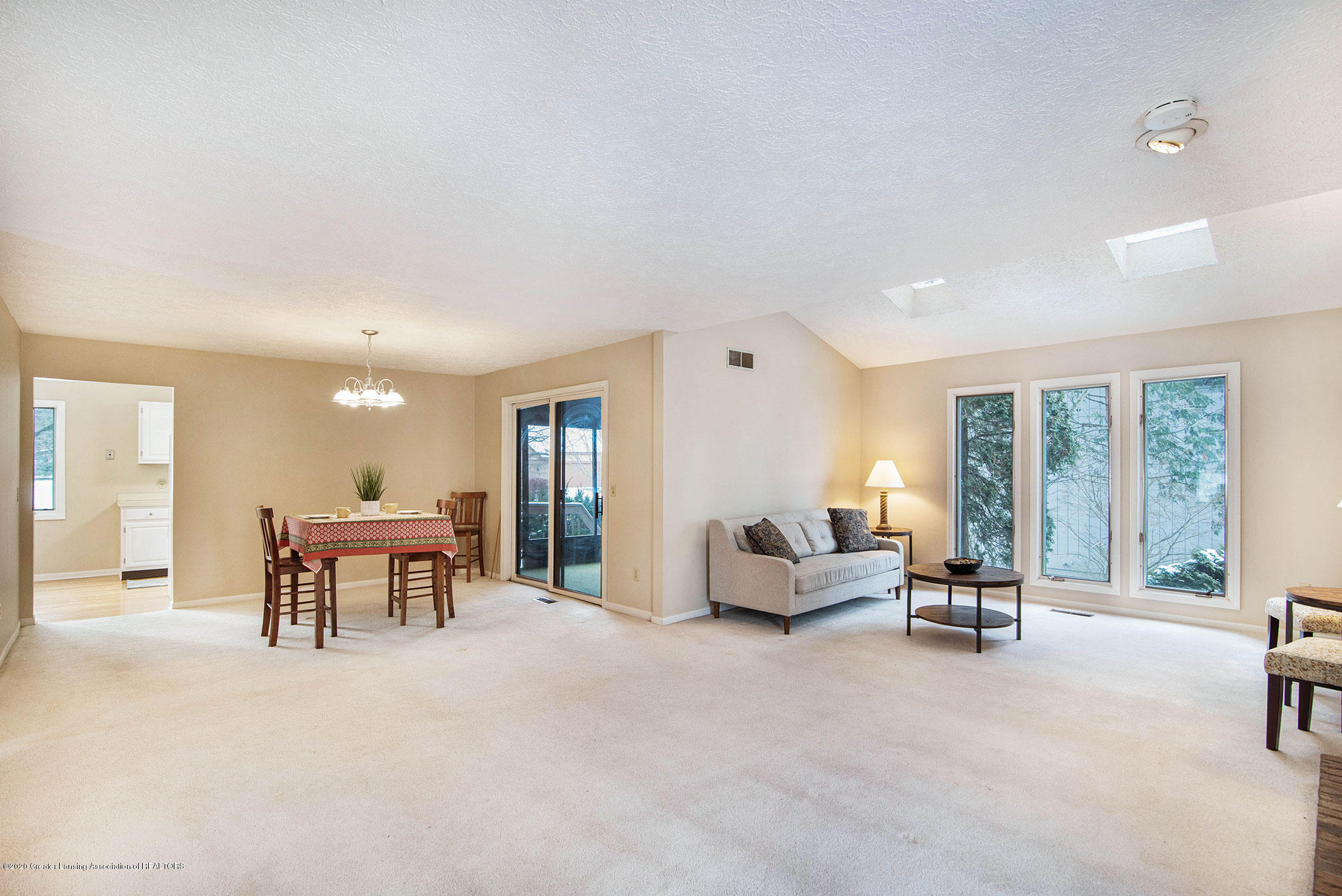 2592 Woodhill Dr - Living Room - 8