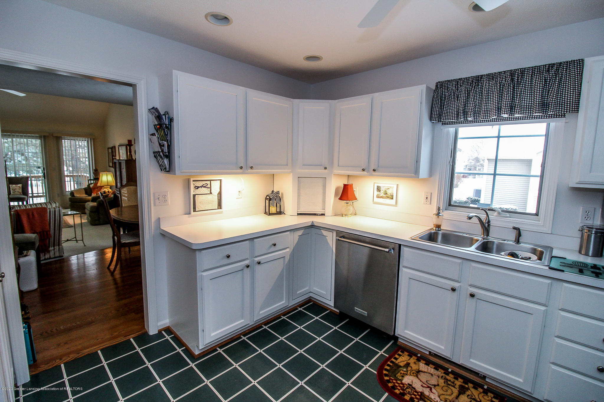 516 Cherbourg Dr - Pretty White Cabinetry - 14