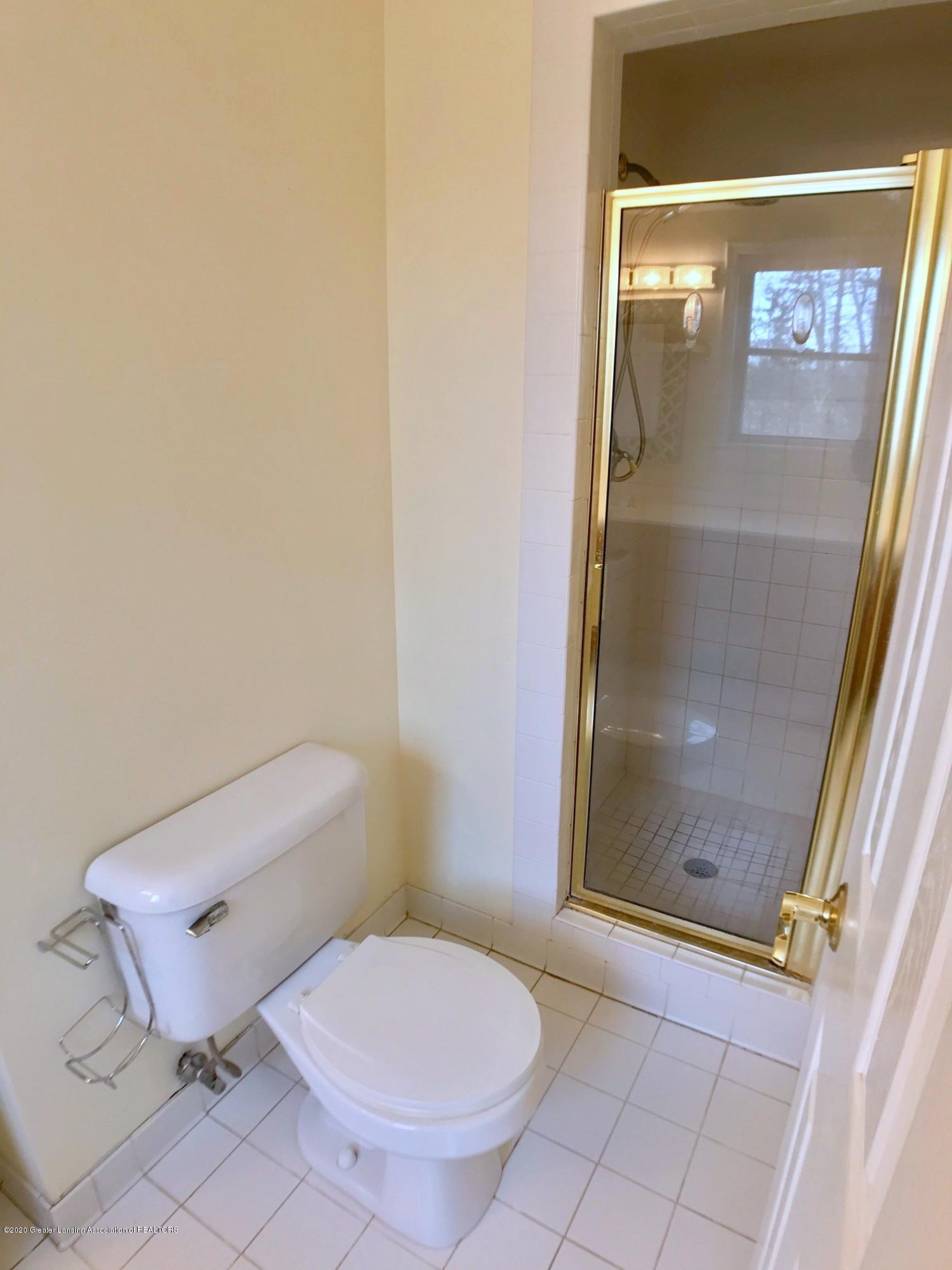 2800 N Cambridge Rd - Full Bath - 17