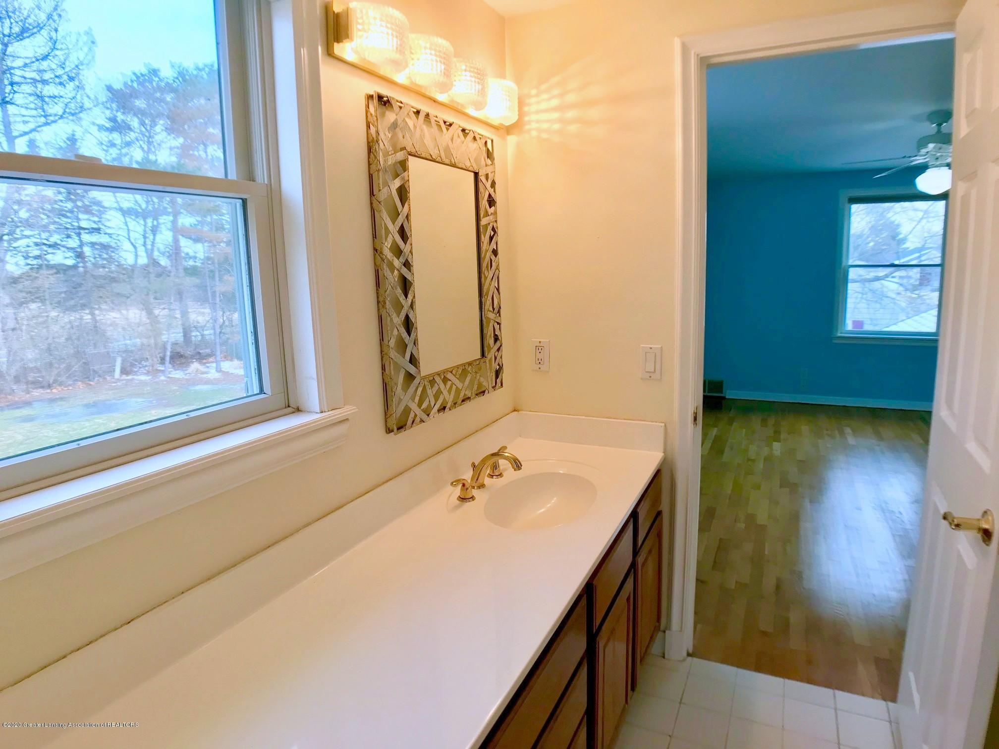2800 N Cambridge Rd - Full Bath - 18