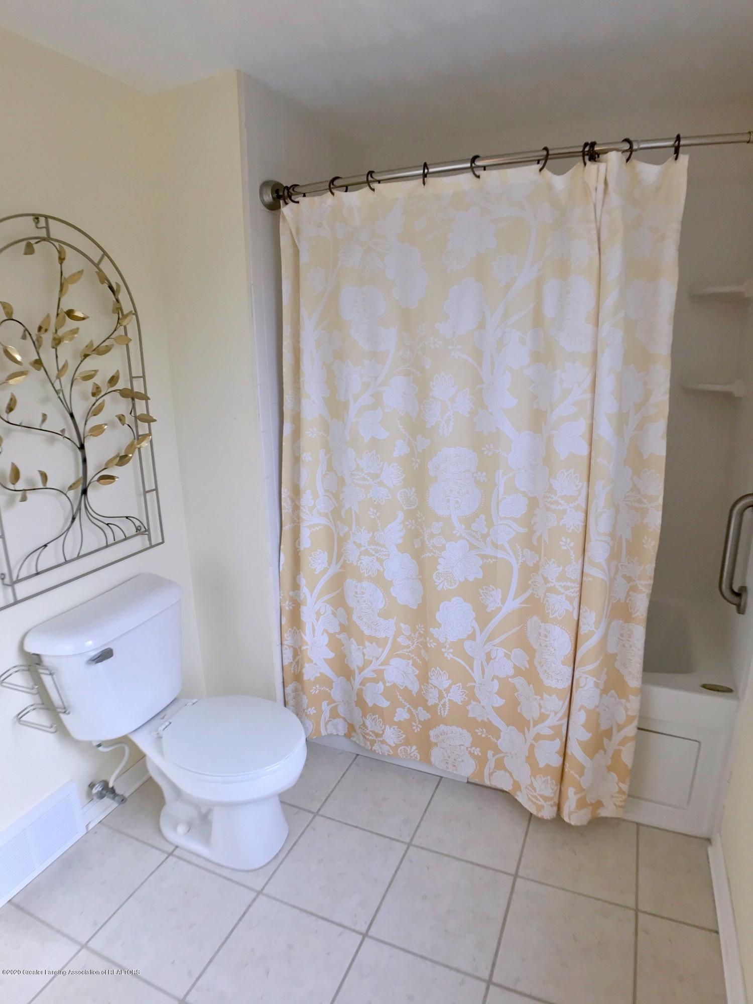 2800 N Cambridge Rd - Full Bath - 21