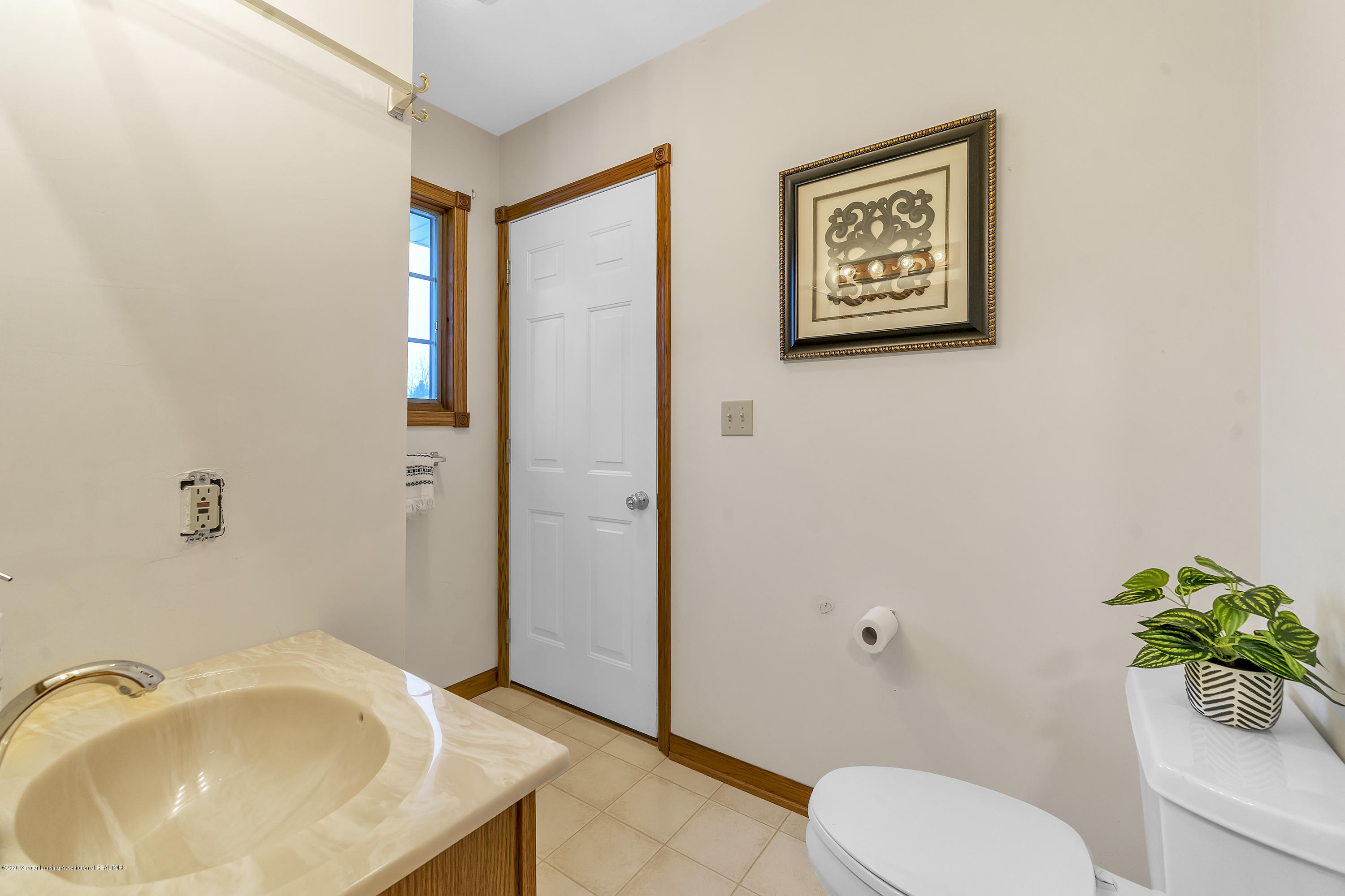2440 Gilbert Rd - Main Level Full Bath2 - 24