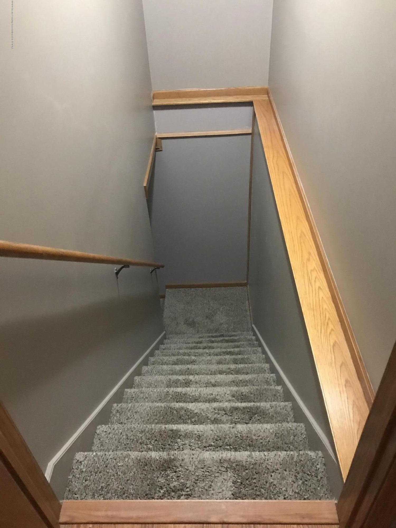 2021 Secretariat Ln - stairs - 17