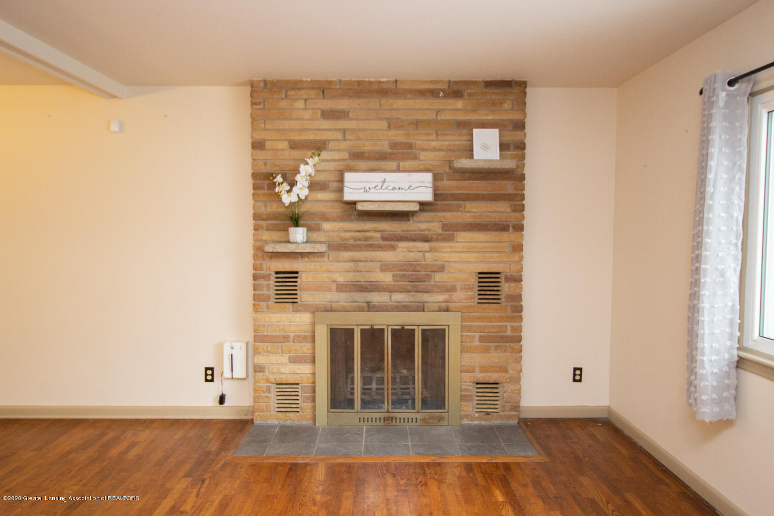 2031 Victor Ave - Living Room - 4