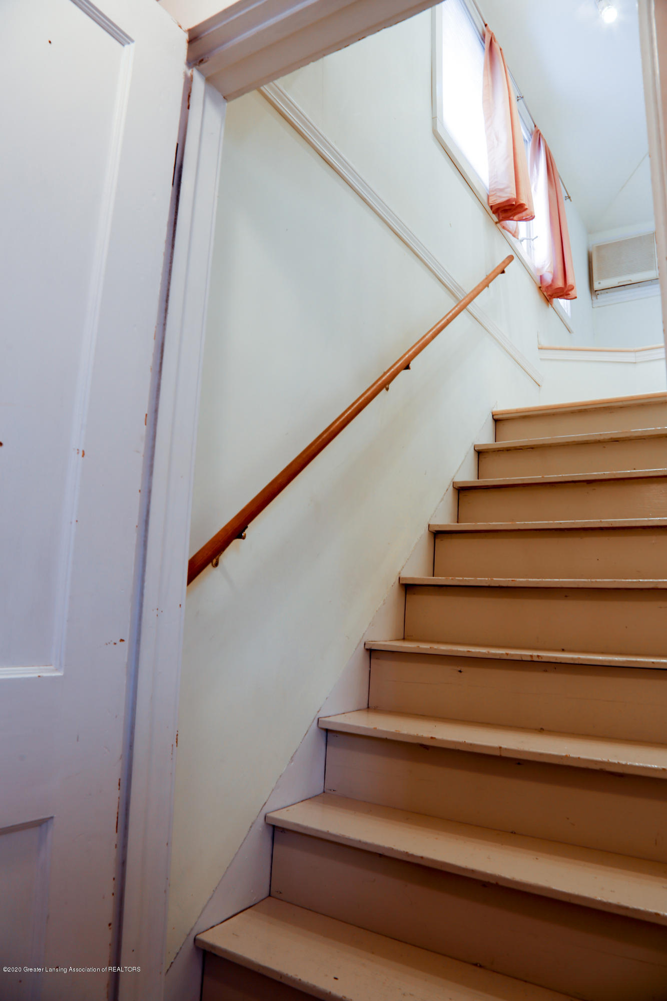 2005 Forest Ave - stairs - 24