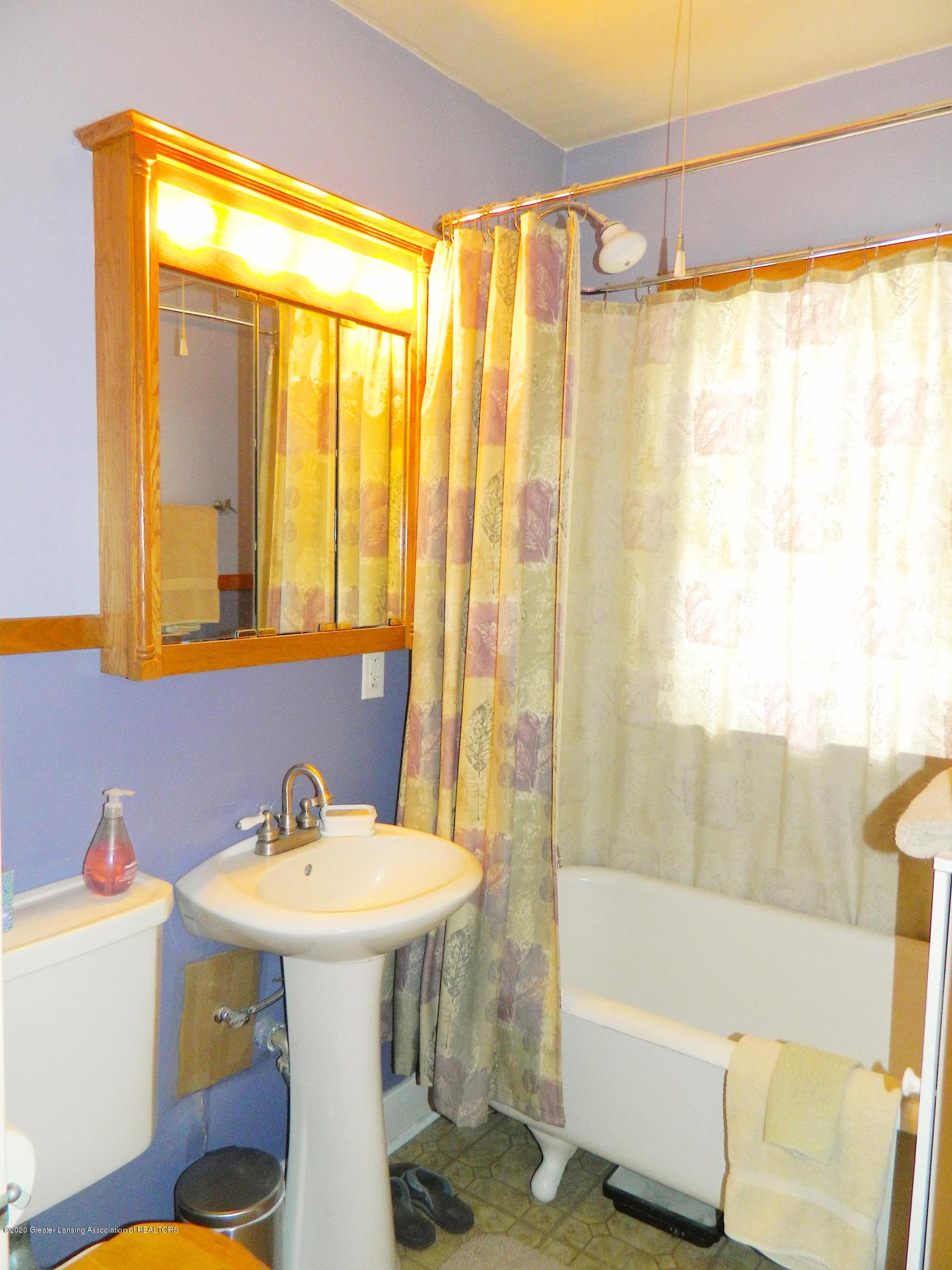916 Dakin St - Bathroom_DAKIN 916 copy - 10