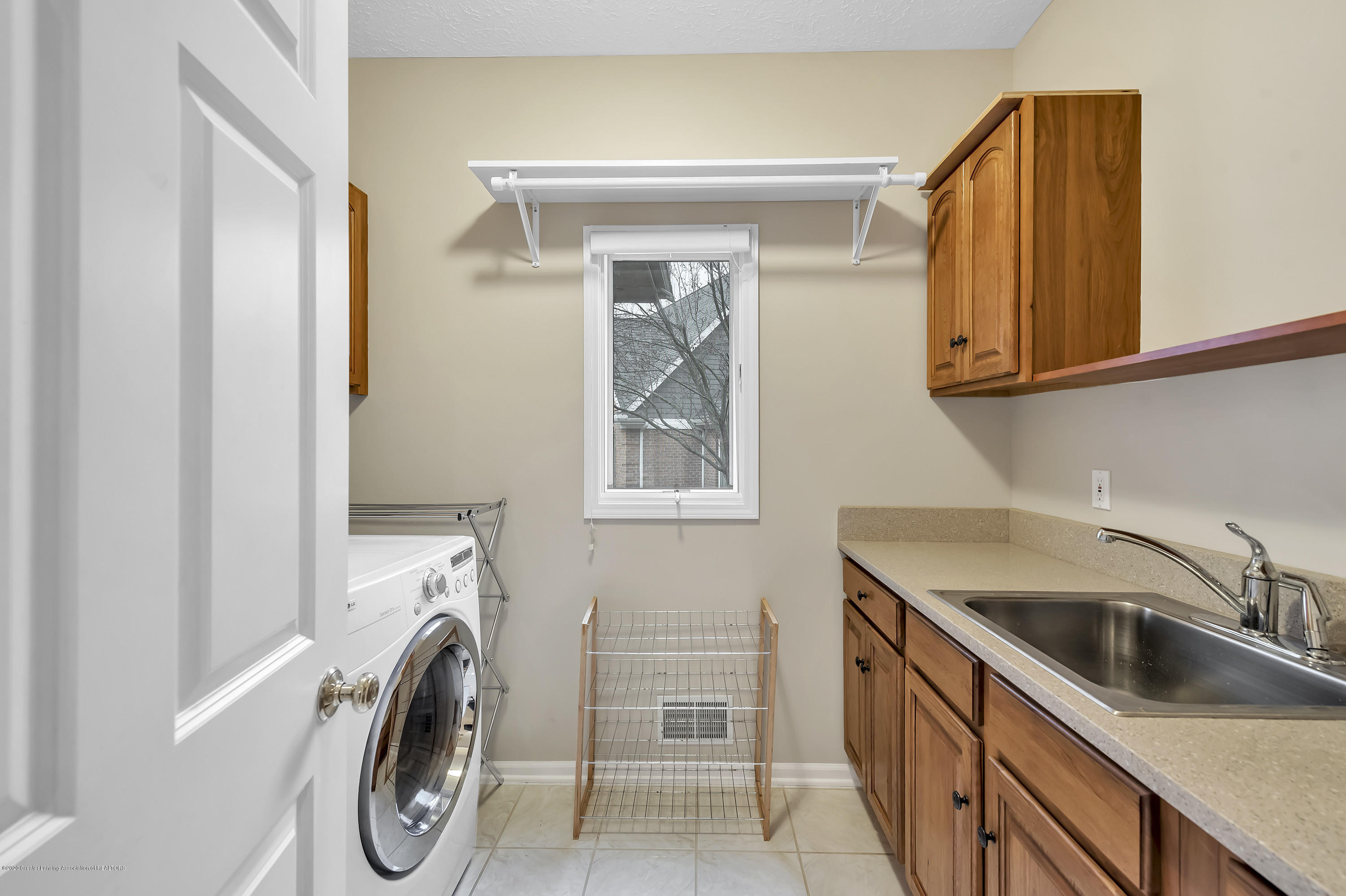 402 Shoreline Dr - First Floor Laundry - 28