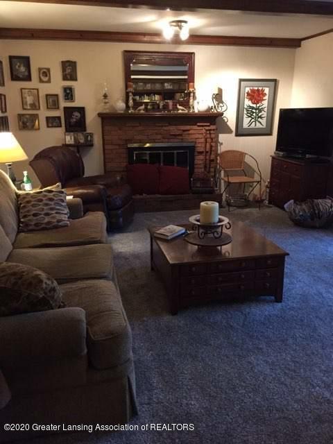 930 Meadowview Ln - Living Room - 4