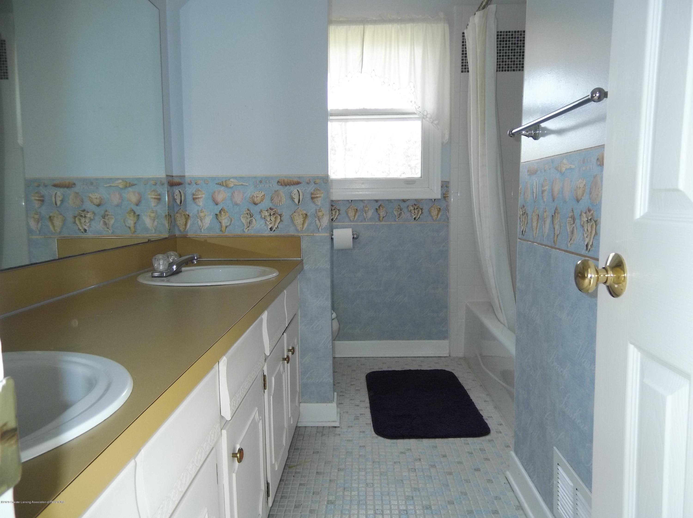 930 Meadowview Ln - Bathroom - 10
