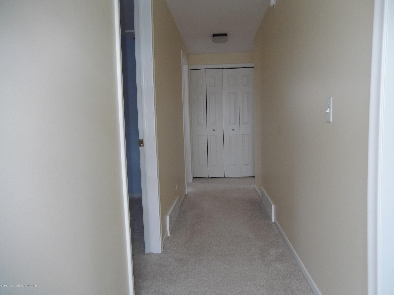 930 Meadowview Ln - Hallway - 11