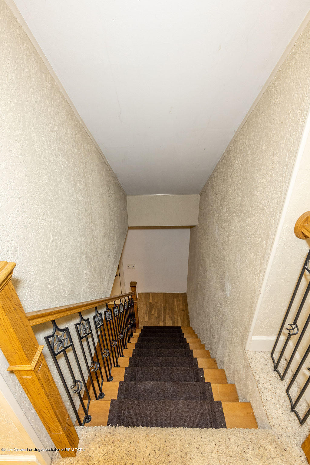 1910 Adelpha Ave - Stairway - 14