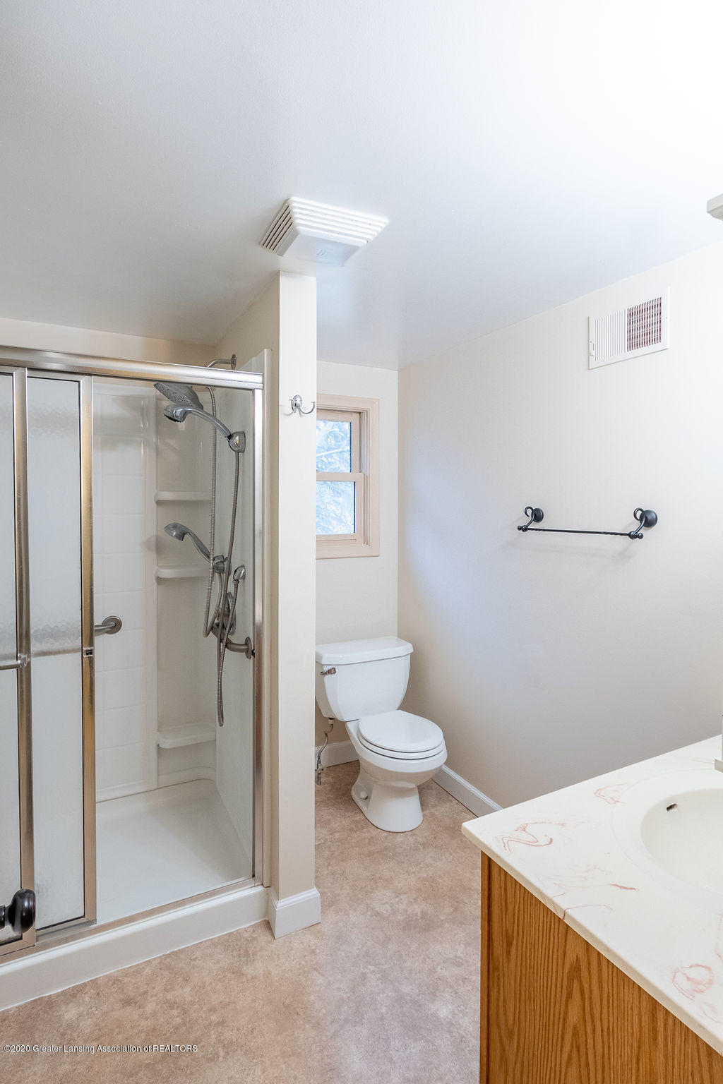 1910 Adelpha Ave - Full Bath - 23