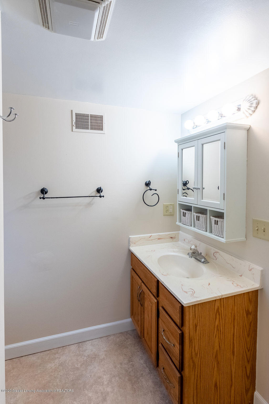 1910 Adelpha Ave - Full bath - 24