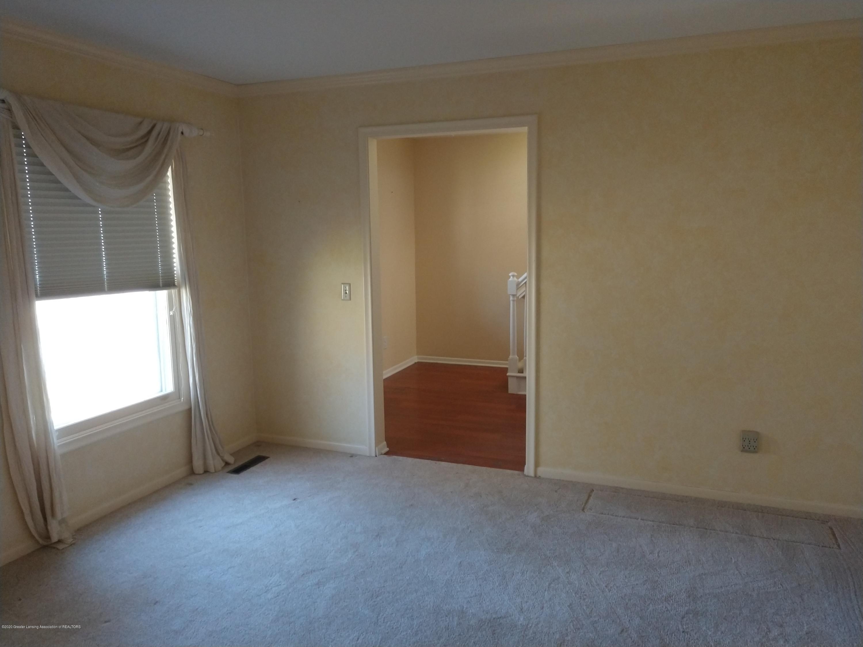 930 Meadowview Ln - Living Room - 6