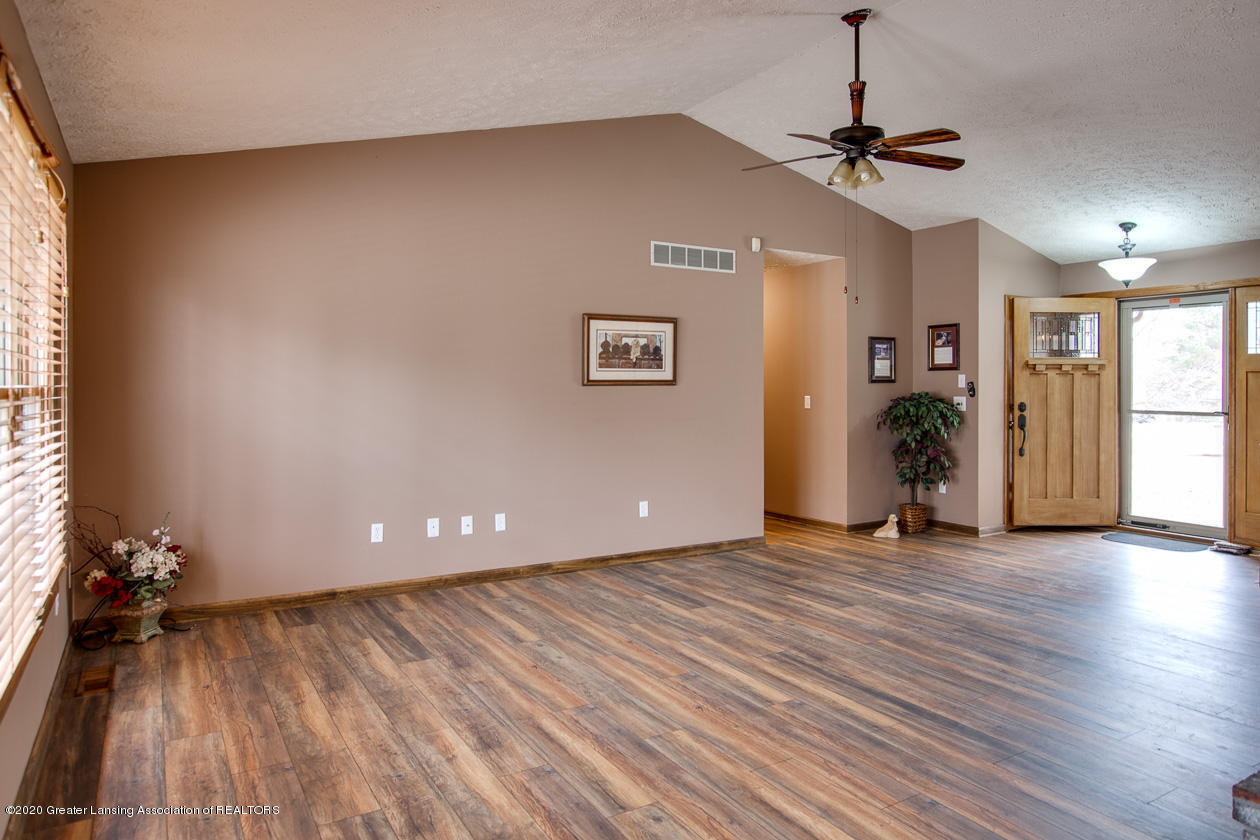 9455 Lookout Point Dr - Living room - 4