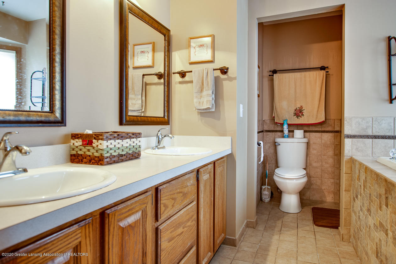 9455 Lookout Point Dr - Master bath - 17