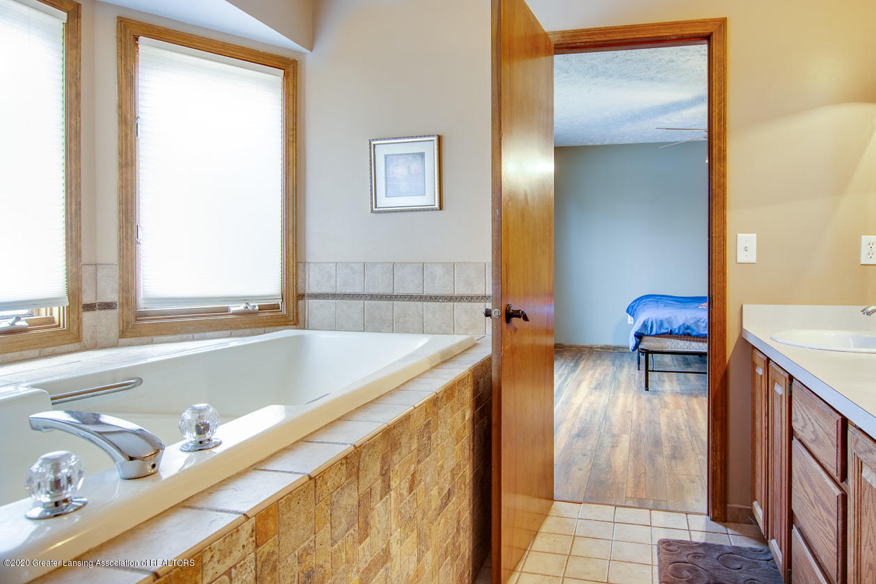 9455 Lookout Point Dr - Soaking tub - 19