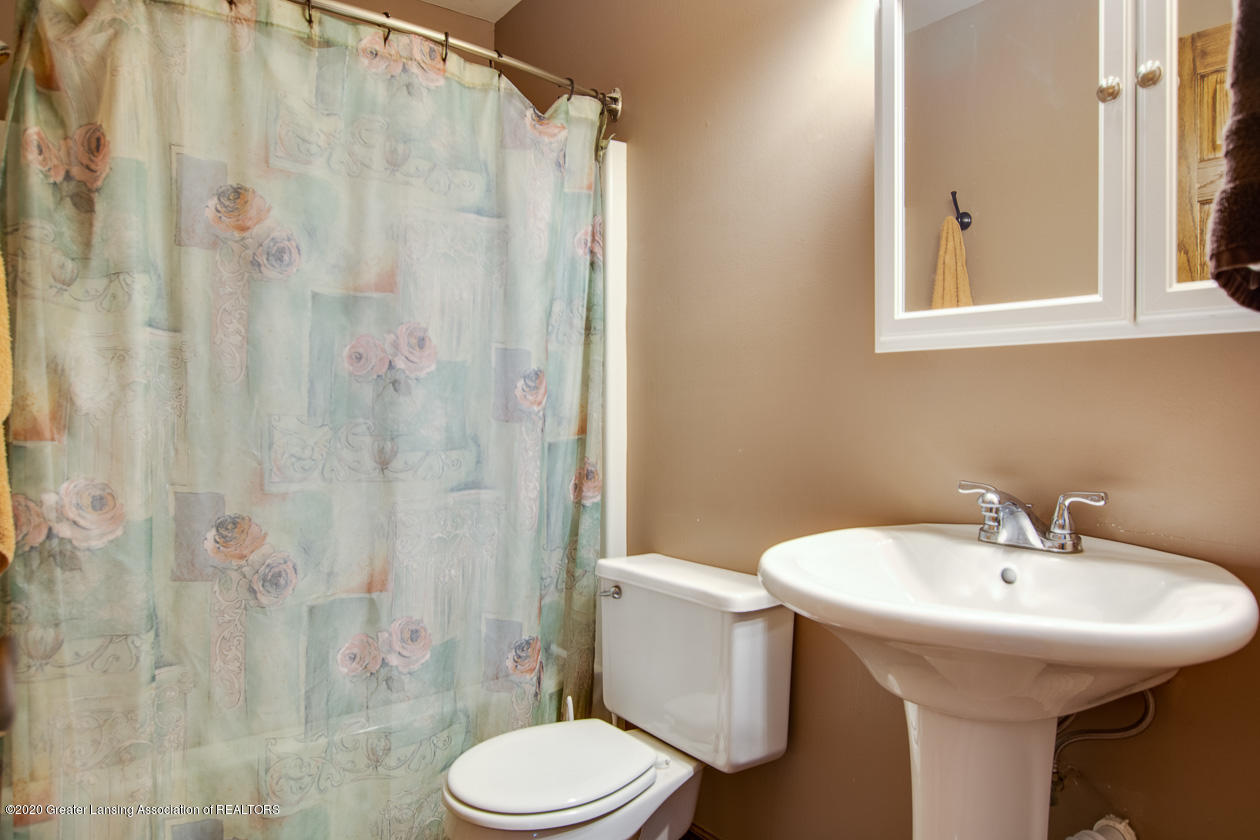 9455 Lookout Point Dr - Full hall bath - 13