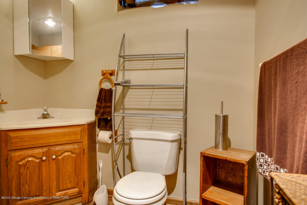 9455 Lookout Point Dr - Full bath in lower level - 28