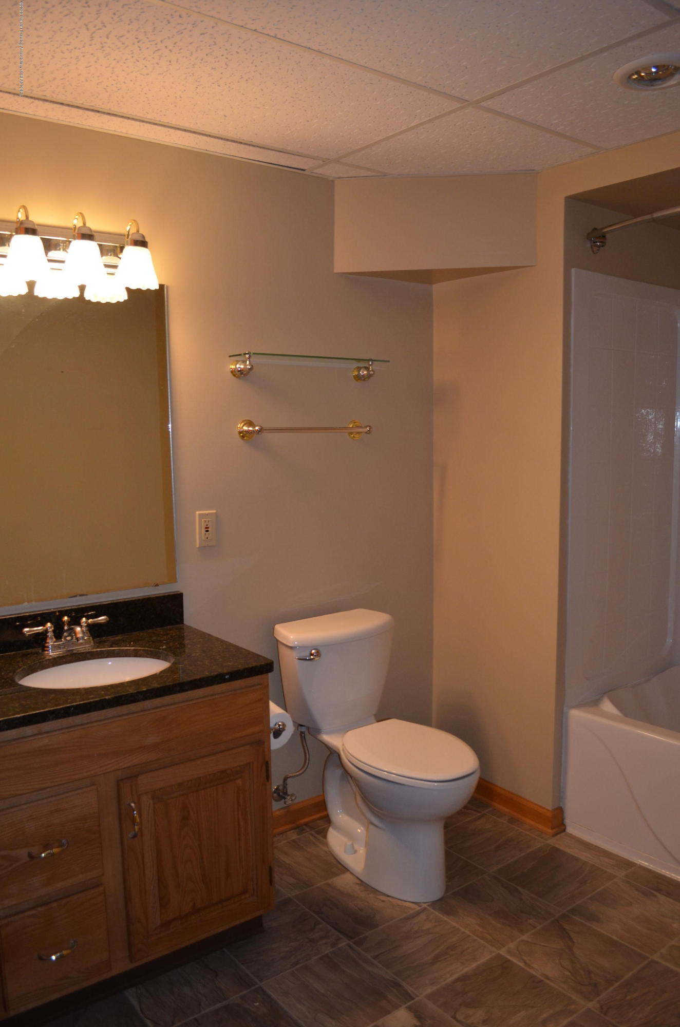 2349 Barnsbury Rd - LL Full Bath - 48