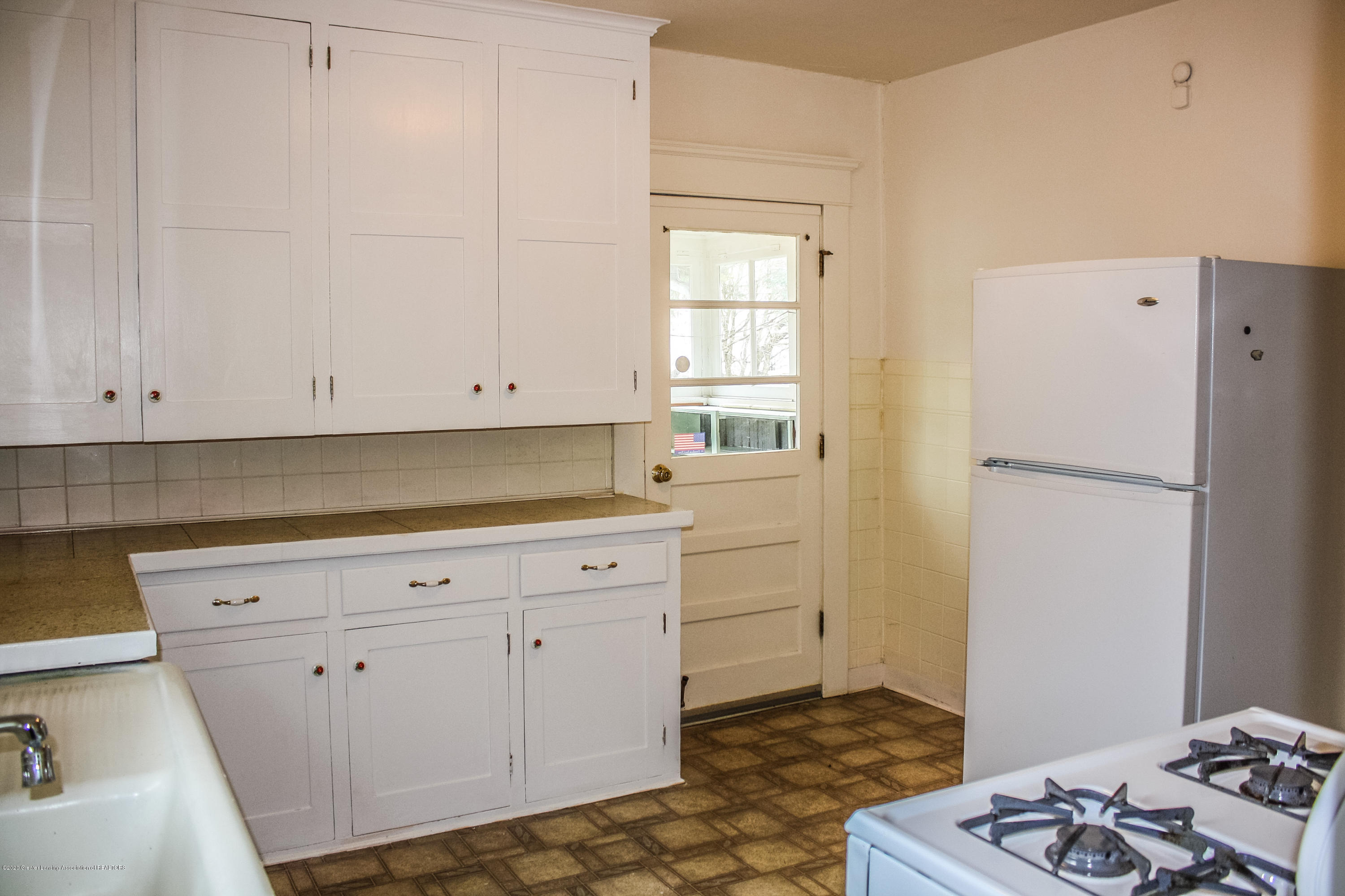 313 S Clemens Ave - Kitchen - 10