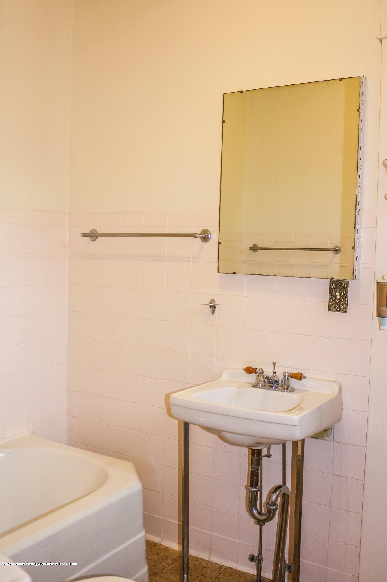 313 S Clemens Ave - Main Floor Bathroom - 17