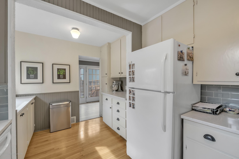1041 W Grand River Ave - Kitchen - 12