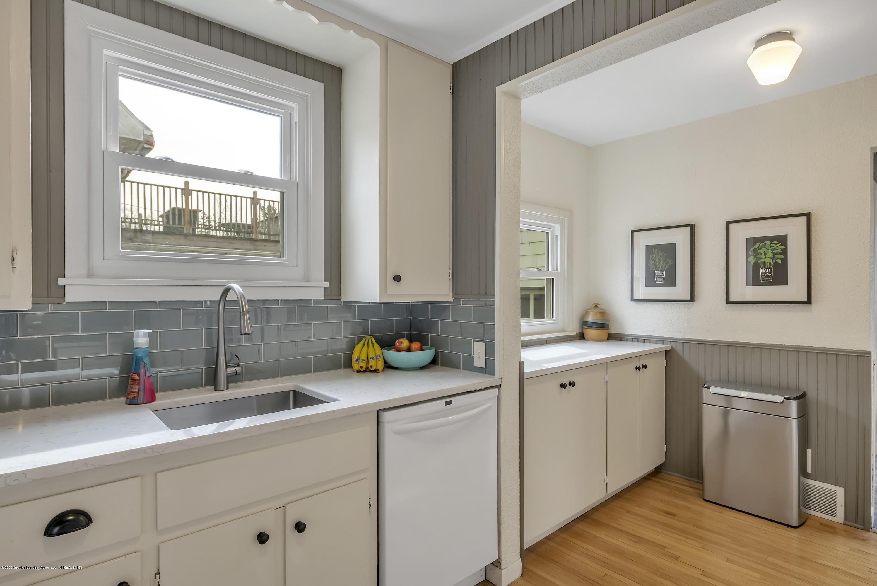 1041 W Grand River Ave - Kitchen - 9
