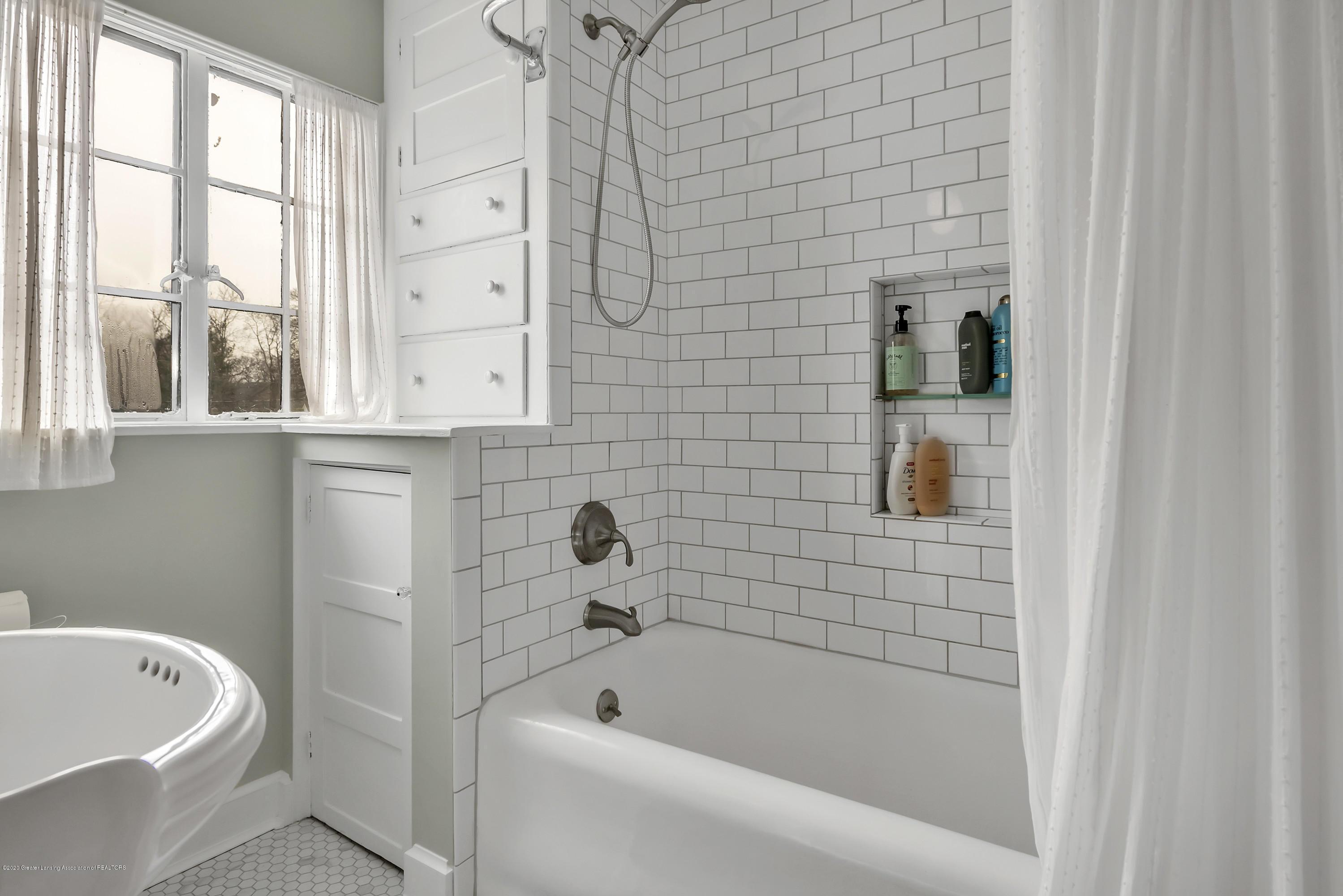 1041 W Grand River Ave - Full Bath - 24