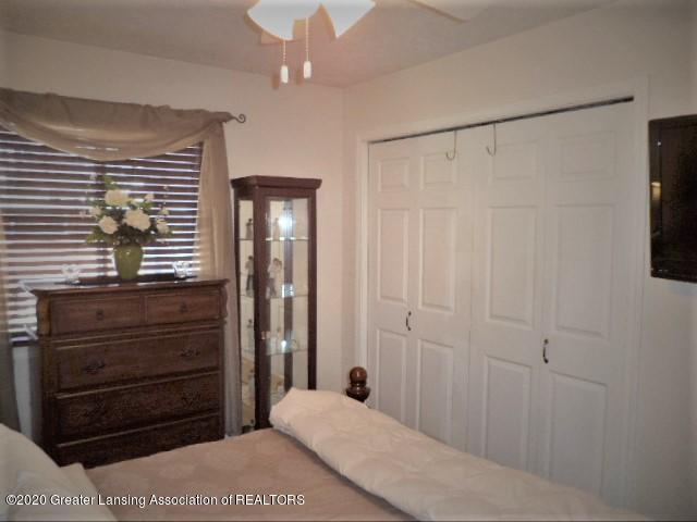 401 Meadowview Dr - Master closet - 21